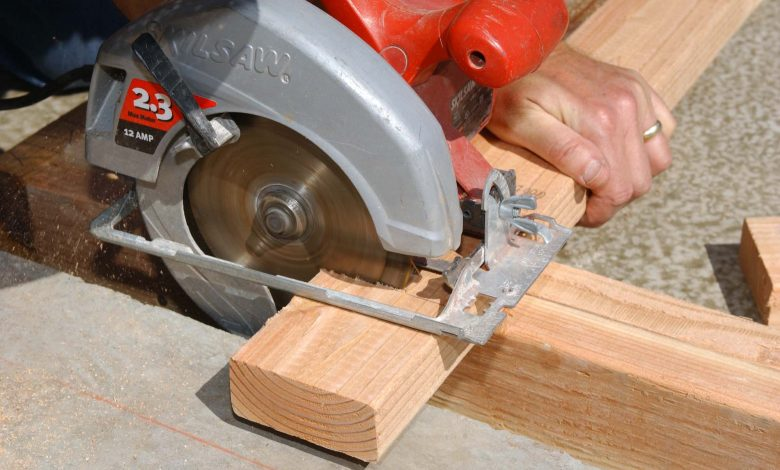 How to Secure a 2 By 4 for Cutting With a Circular Saw